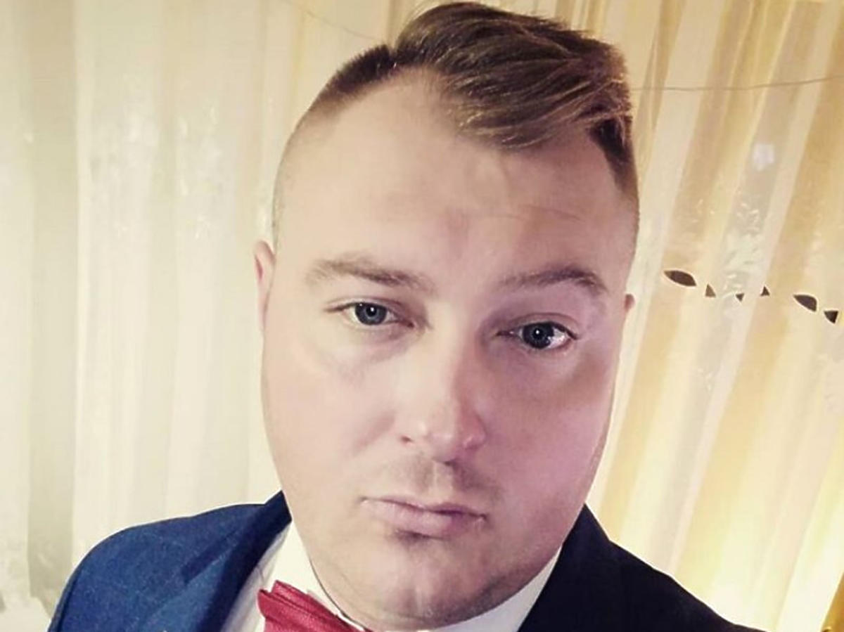 Łukasz Sędrowski w garniturze