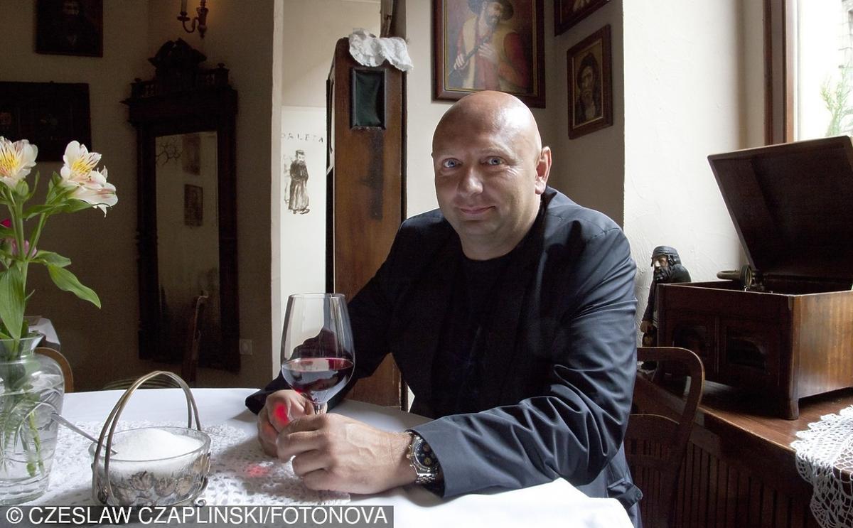 Łysy mężczyzna przy stole