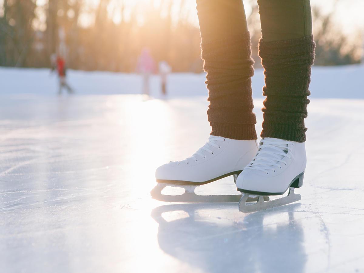Łyżwy osoby, która stoi na lodowisku.