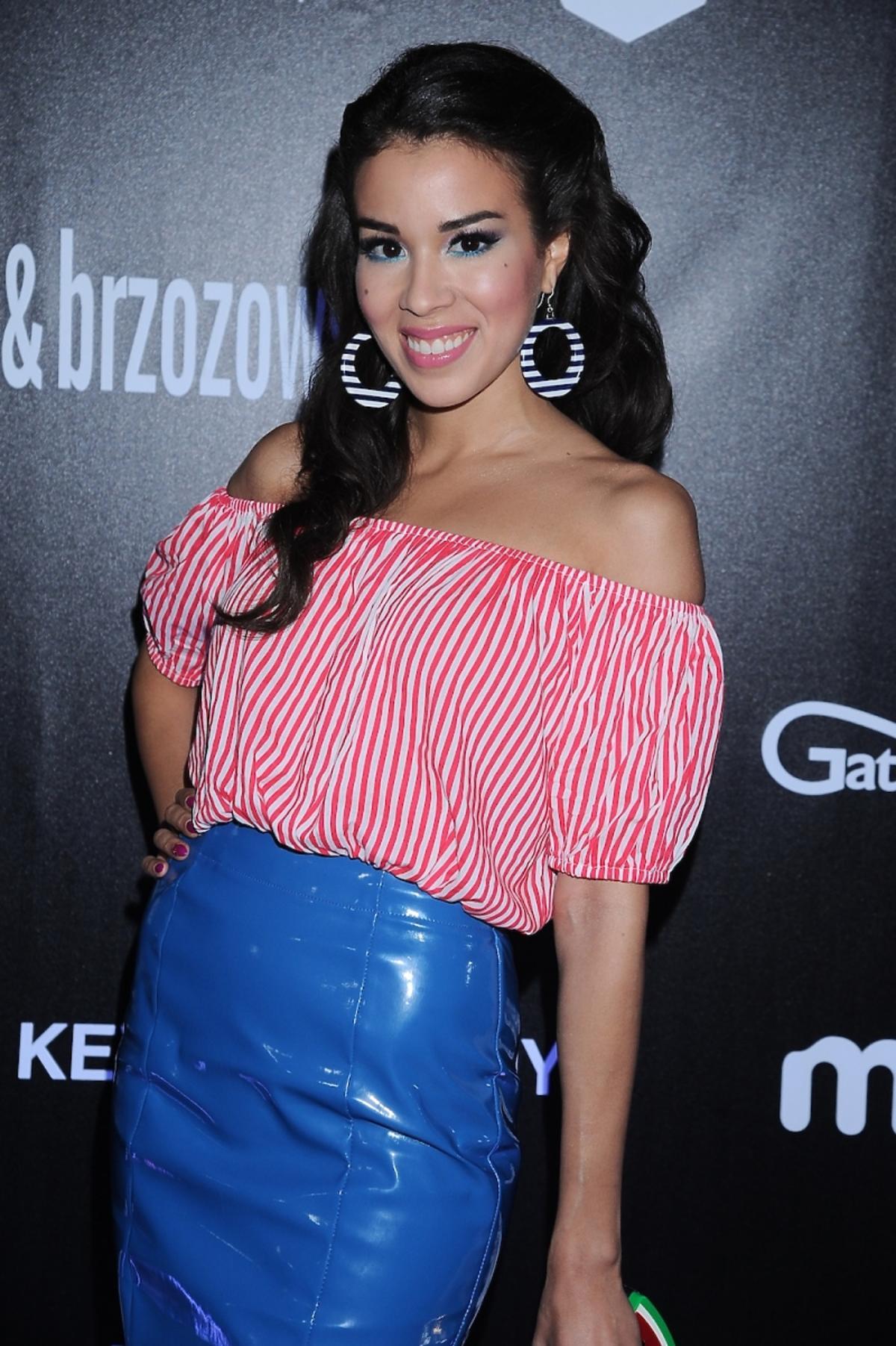 Macademian Girl w bluzce w biało-czerwone pasy i niebieskiej ołówkowej spódnicy