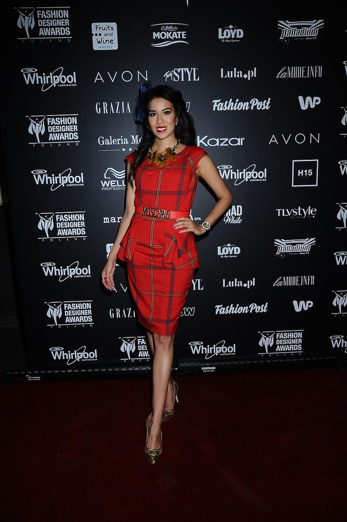 Macademian Girl w czerwonej sukience w kratkę i złotych szpilkach