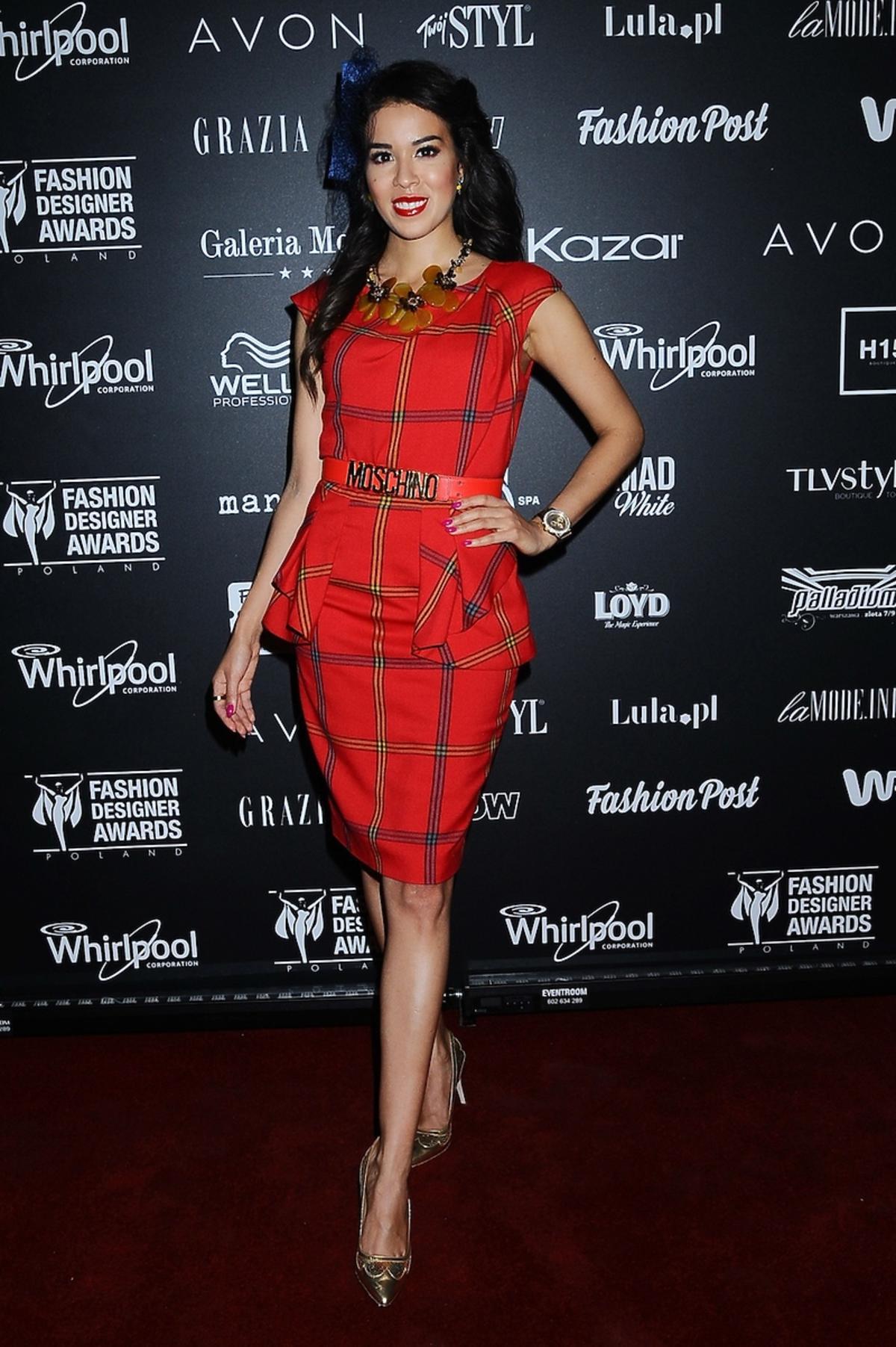 Macademian Girl w czerwonej sukience w kratkę z baskinką i z paskiem Moschino