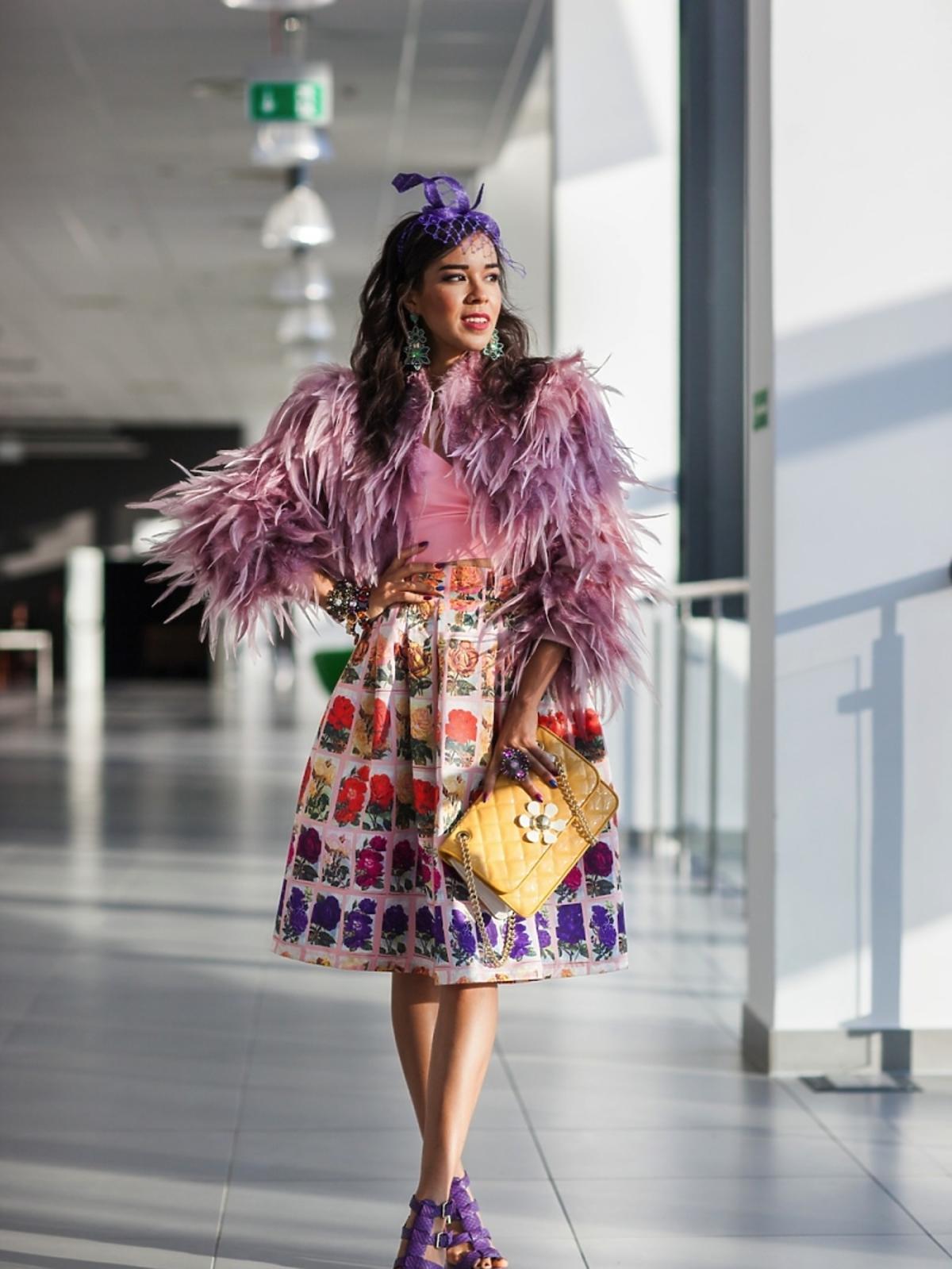 Macademian Girl w kolorowej stylizacji z piórami