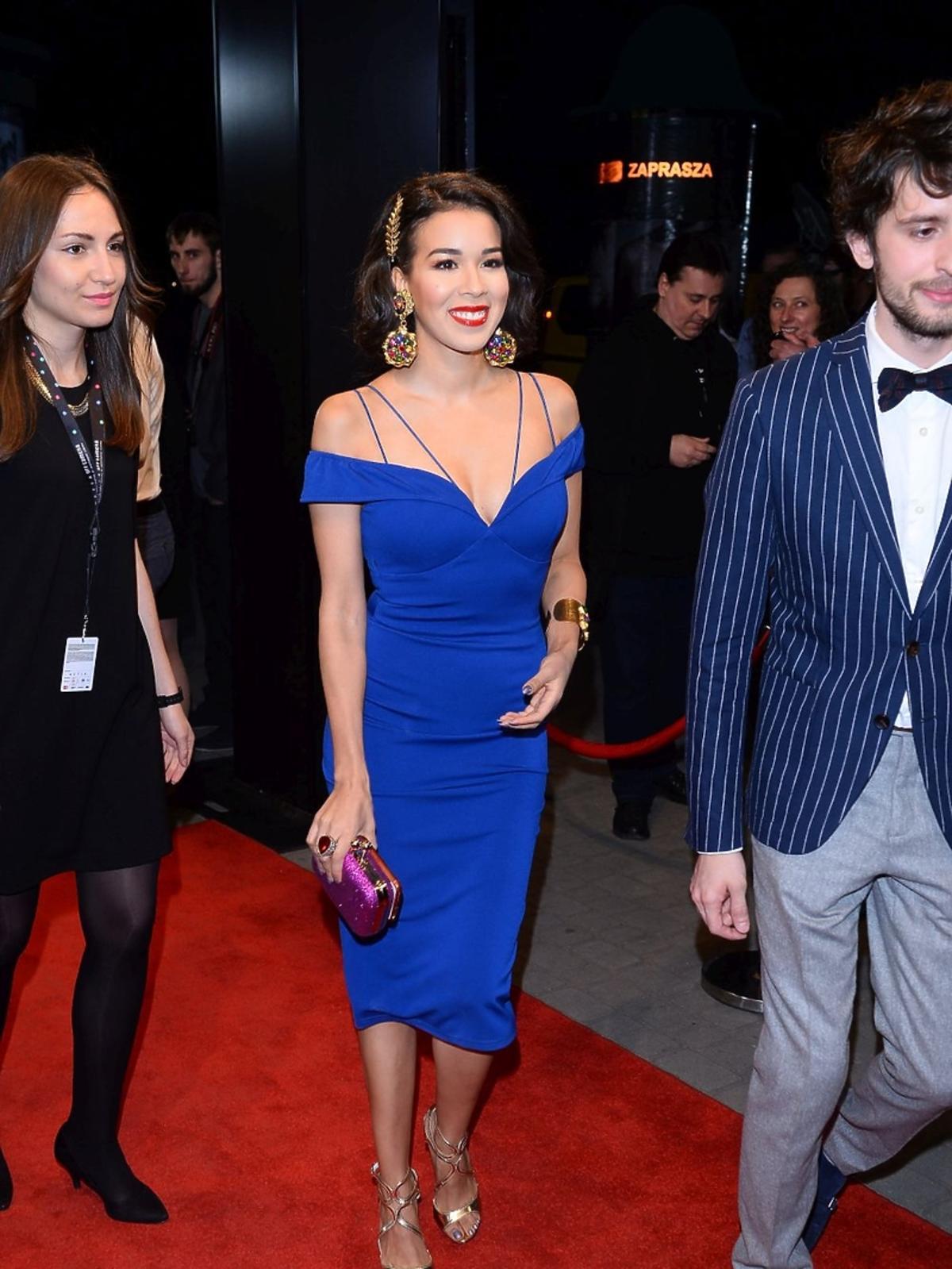 Macademian Girl w niebieskiej sukience