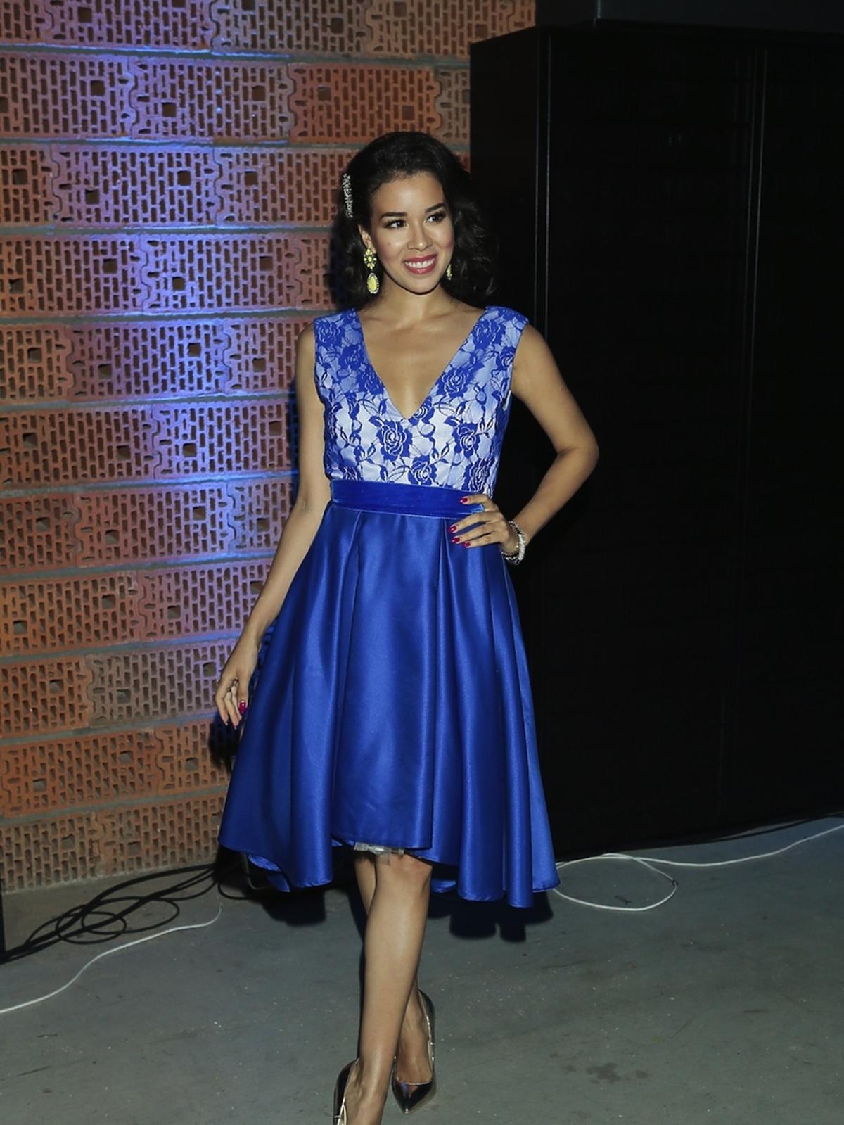 Macademian Girl w niebieskiej sukience z koronką i złotych szpilkach