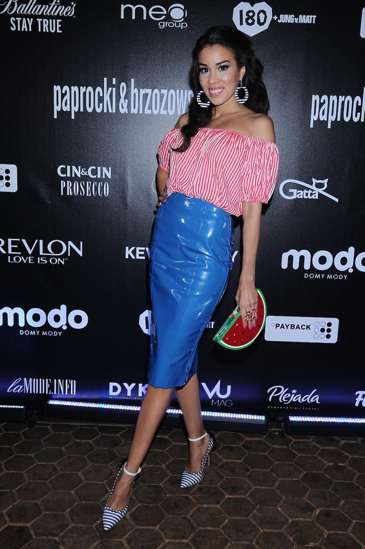 Macademian Girl w pasiastek bluzce i niebieskiej spódnicy