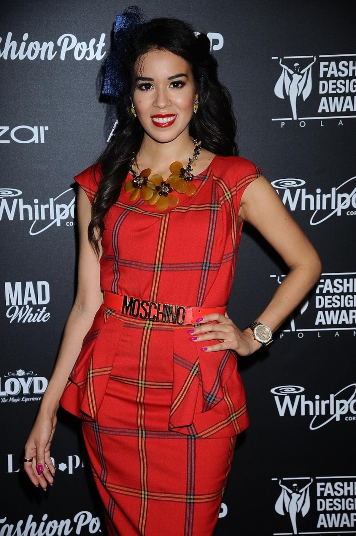 Macademian Girl w sukience w kratkę z paskiem Moschino