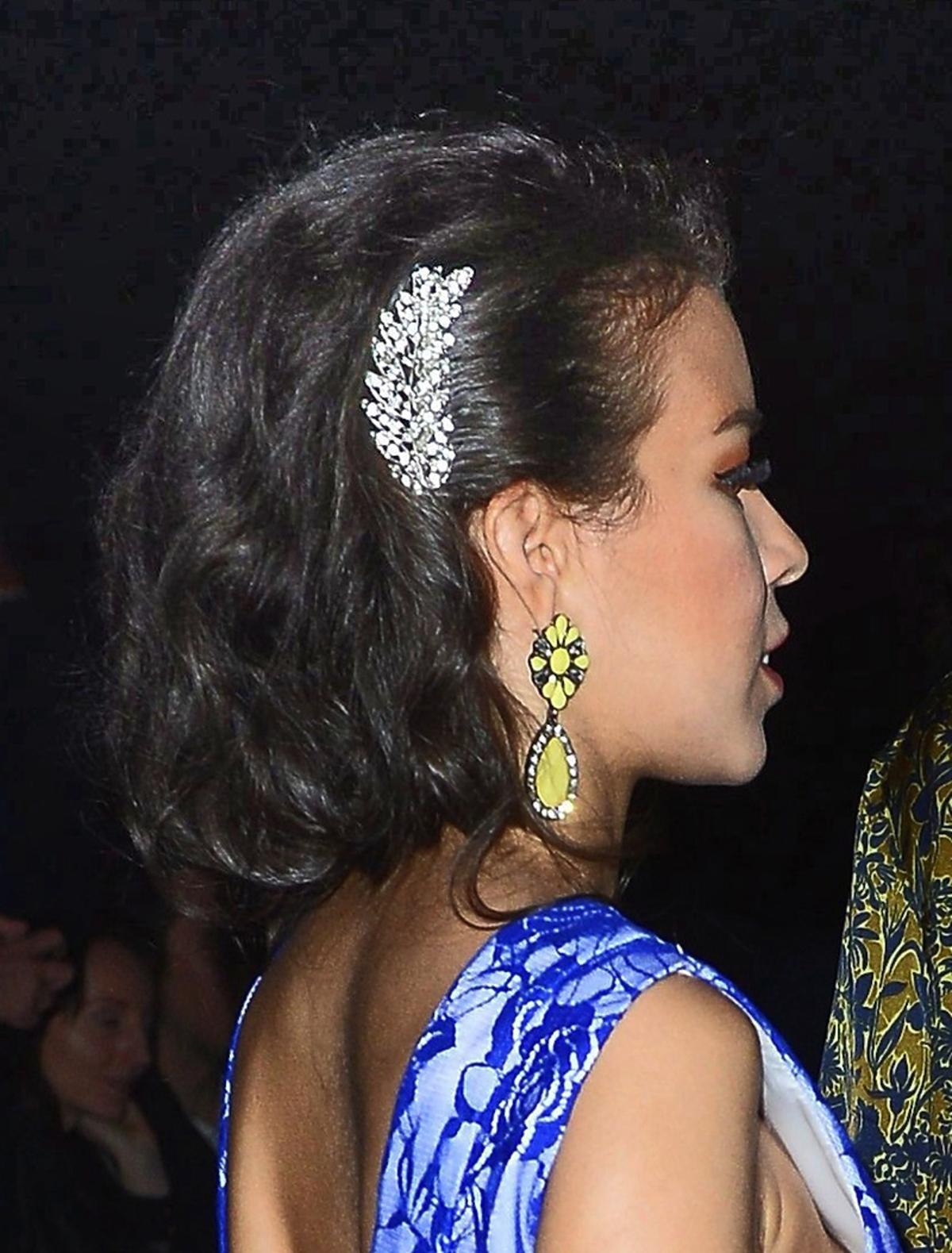 Macademian Girl ze złotymi kolczykami i dużą spinką we włosach