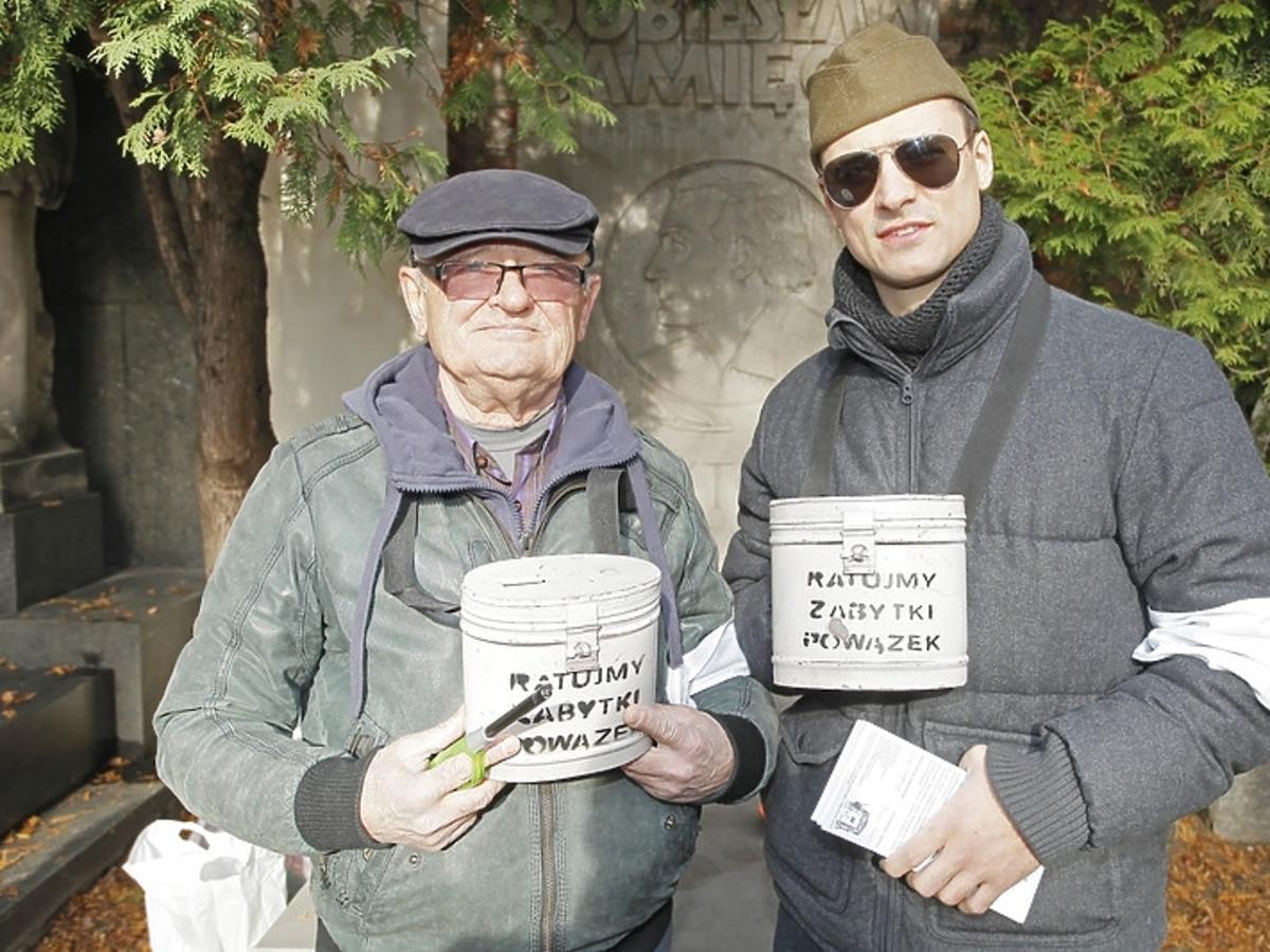 Maciej Damięcki i Mateusz Damięcki podczas kwesty na Powązkach