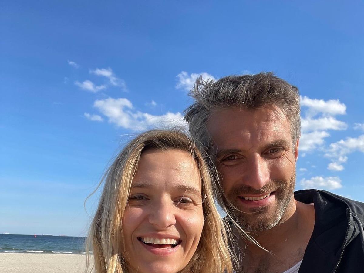 Maciej Dowbor i Joanna Koroniewska na plaży w Sopocie