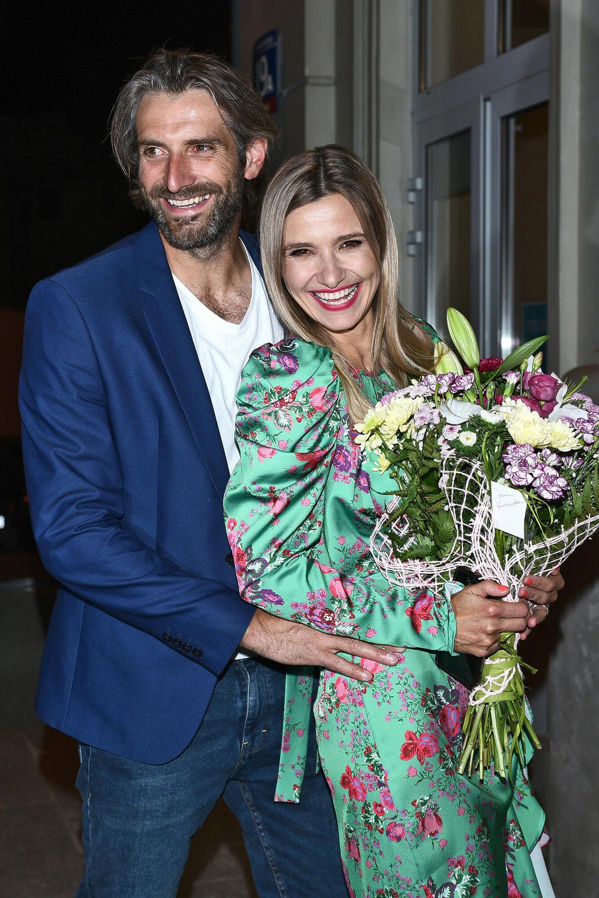 Maciej Dowbor i Joanna Koroniewska z kwiatami