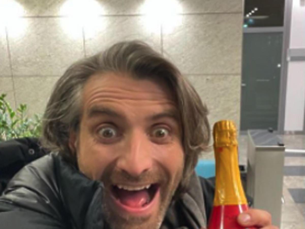 Maciej Dowbor trzyma uśmiechnięty szamoana