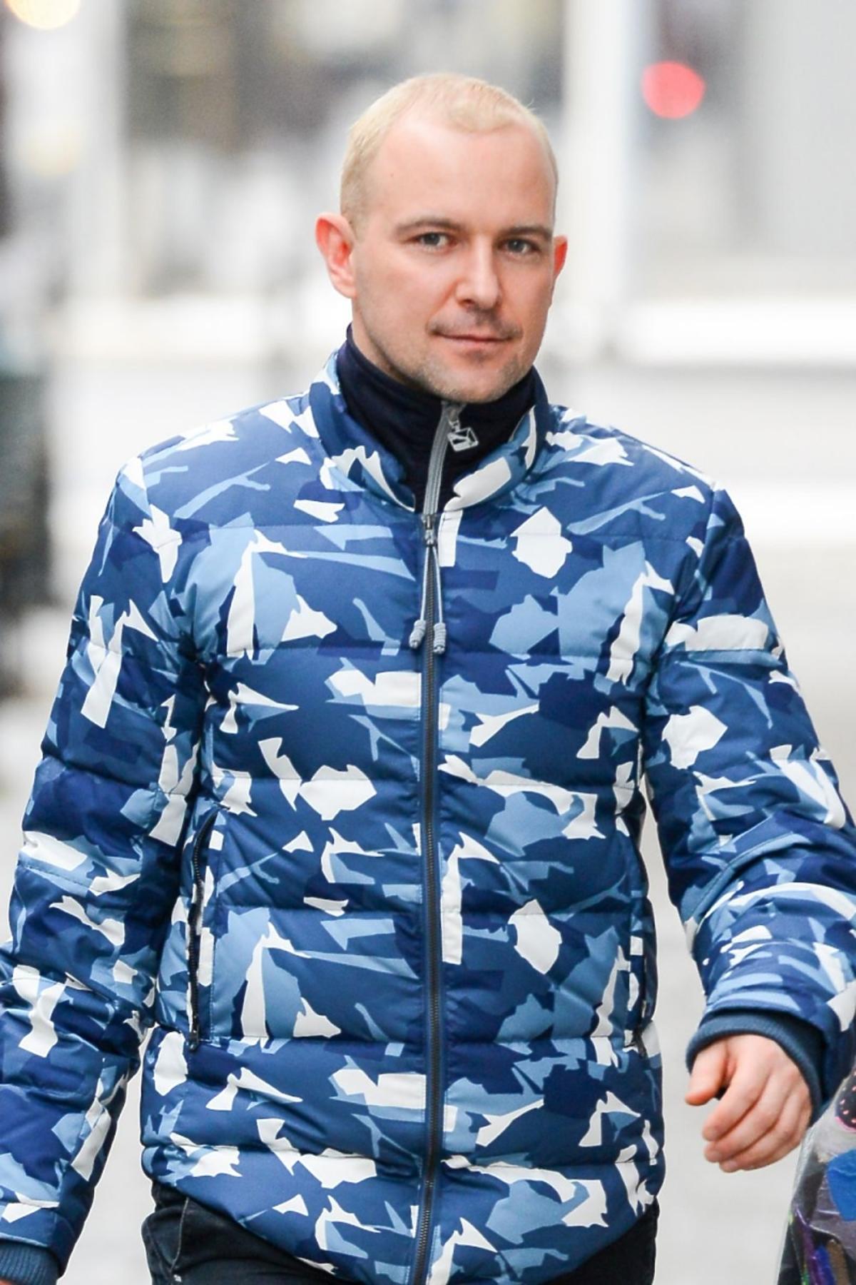 Maciej Florek pod studiem TVN