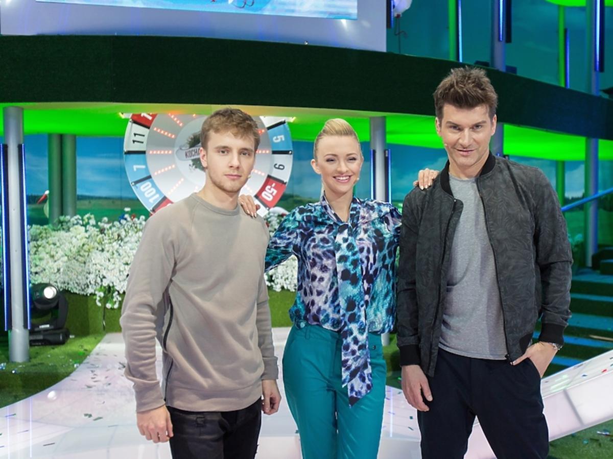 Maciej Kammel w brązowym swetrze