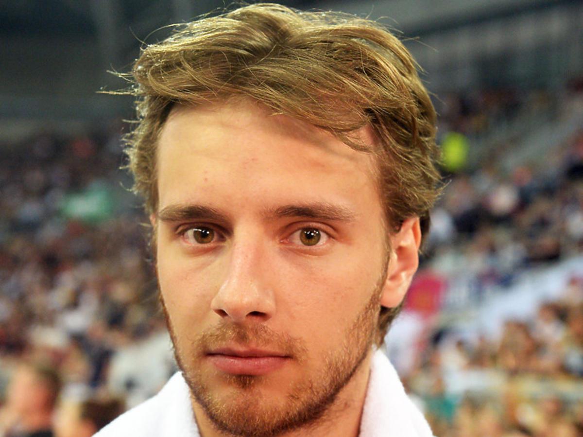 Maciej Musiał jeszcze bardziej zapuścił włosy! Poznalibyście go na ulicy?