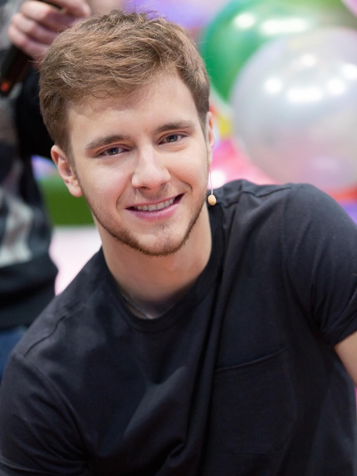 Maciej Musiał w czarnej koszulce