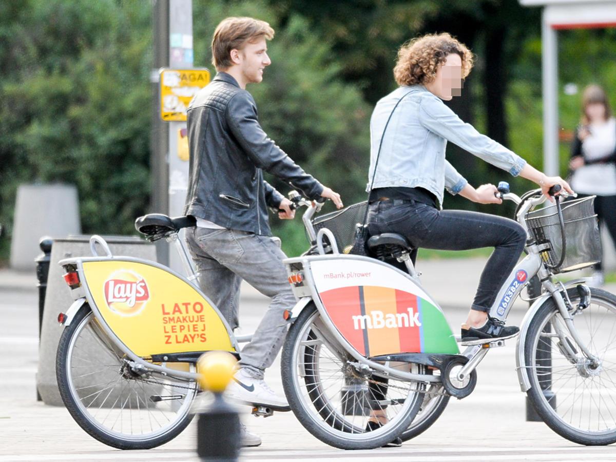 Maciej Musiał z piękną dziewczyną na rowerach