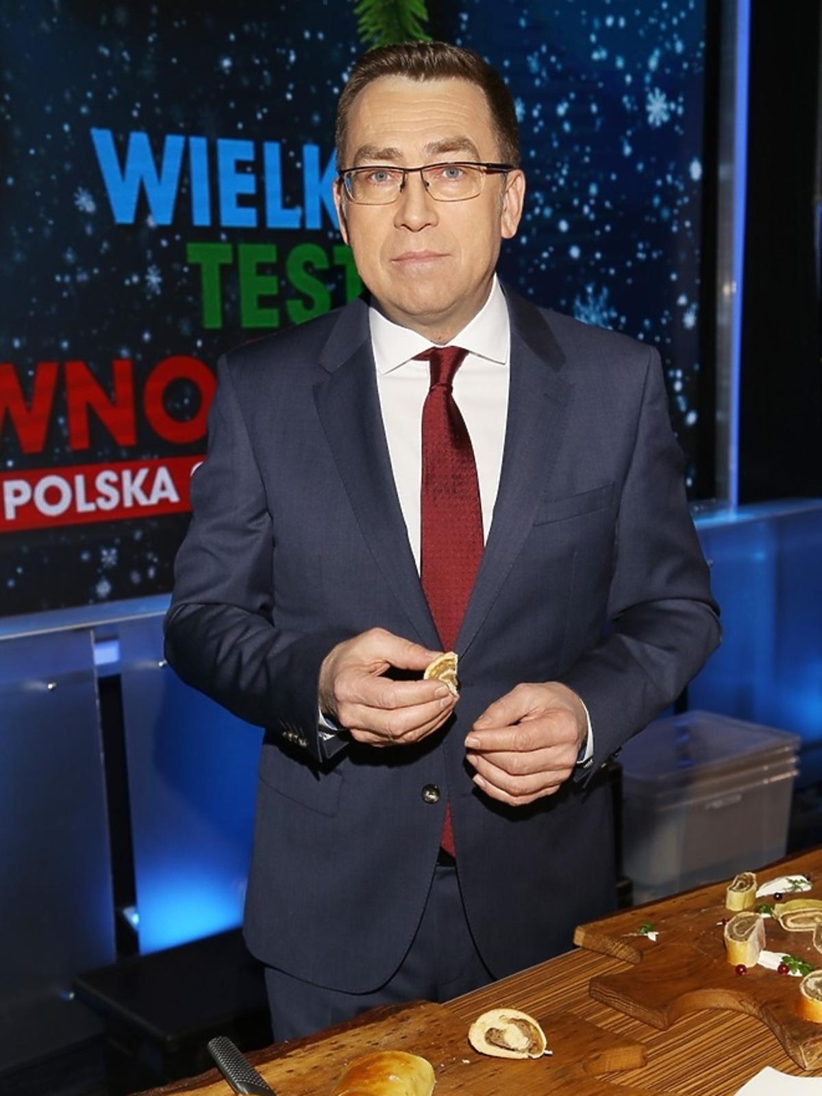 Maciej Orłoś w garniturze