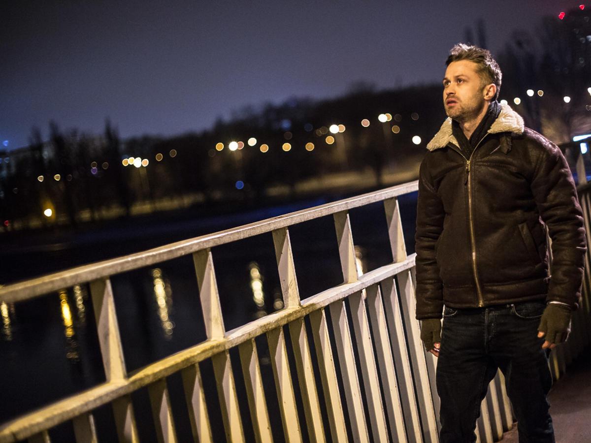 Maciej Zakościelny na moście