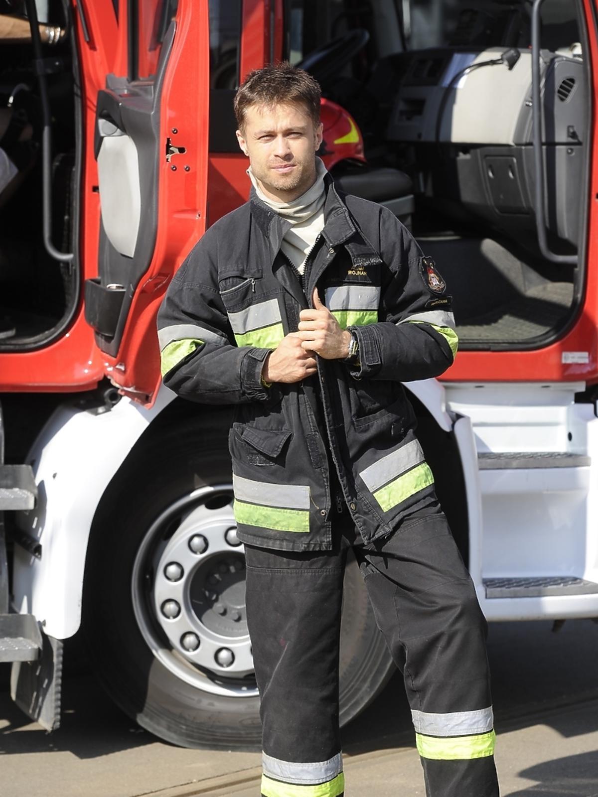 Maciej Zakościelny na planie serialu Strażacy