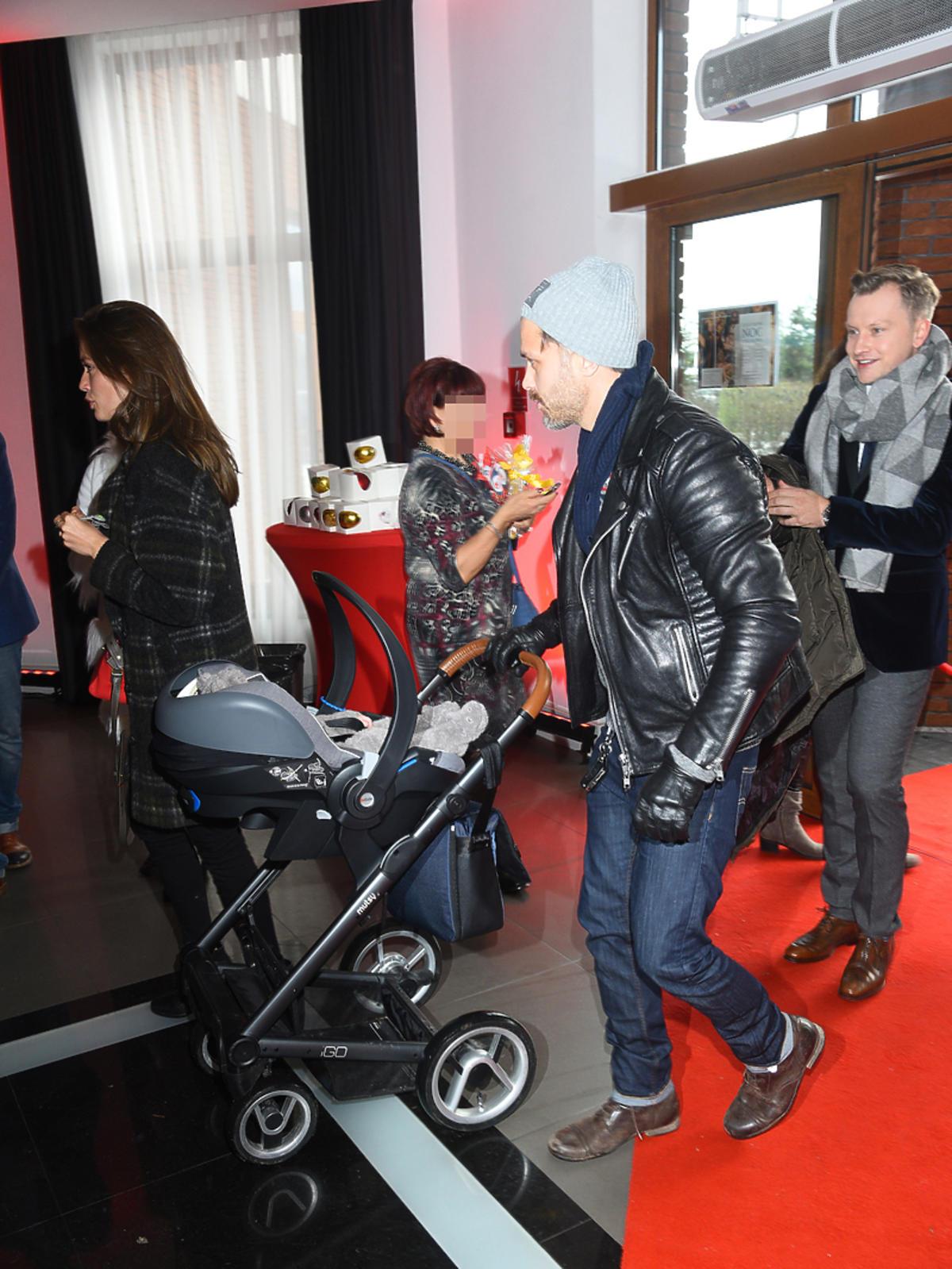 Maciej Zakościelny z dzieckiem na imprezie mikołajkowej