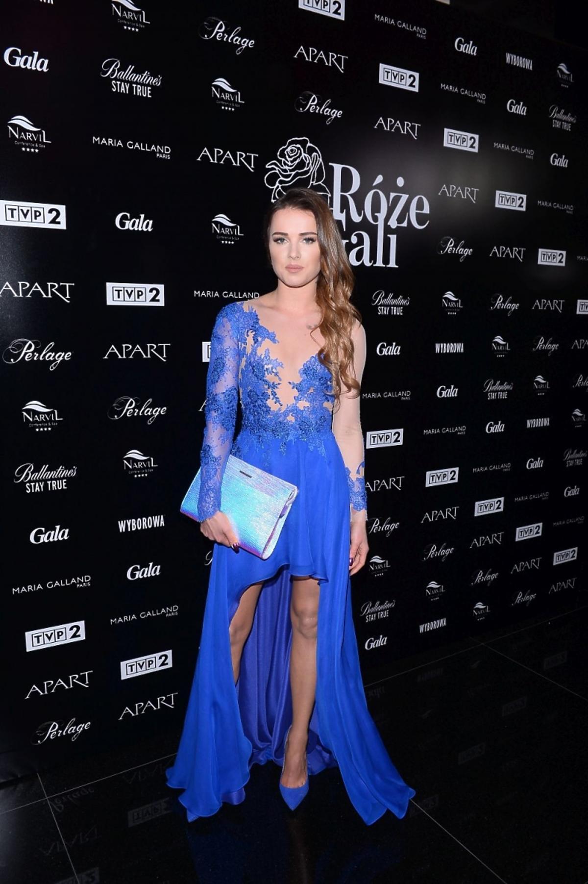 Maffashion w niebieskiej koronkowej sukni