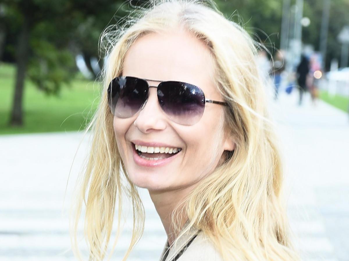 Magda Cielecka roześmiana w okularach przeciwsłonecznych