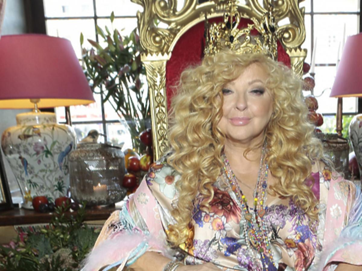 Magda Gessler siedzi na tronie w koronie
