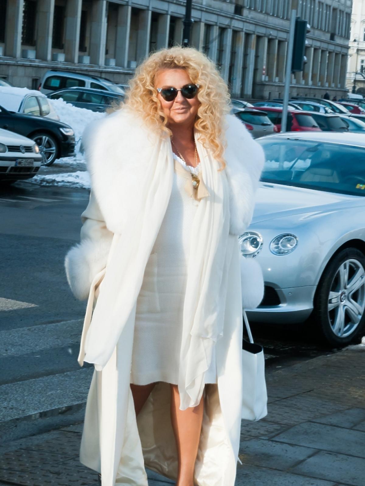 Magda Gessler w białym płaszczu z futerkiem