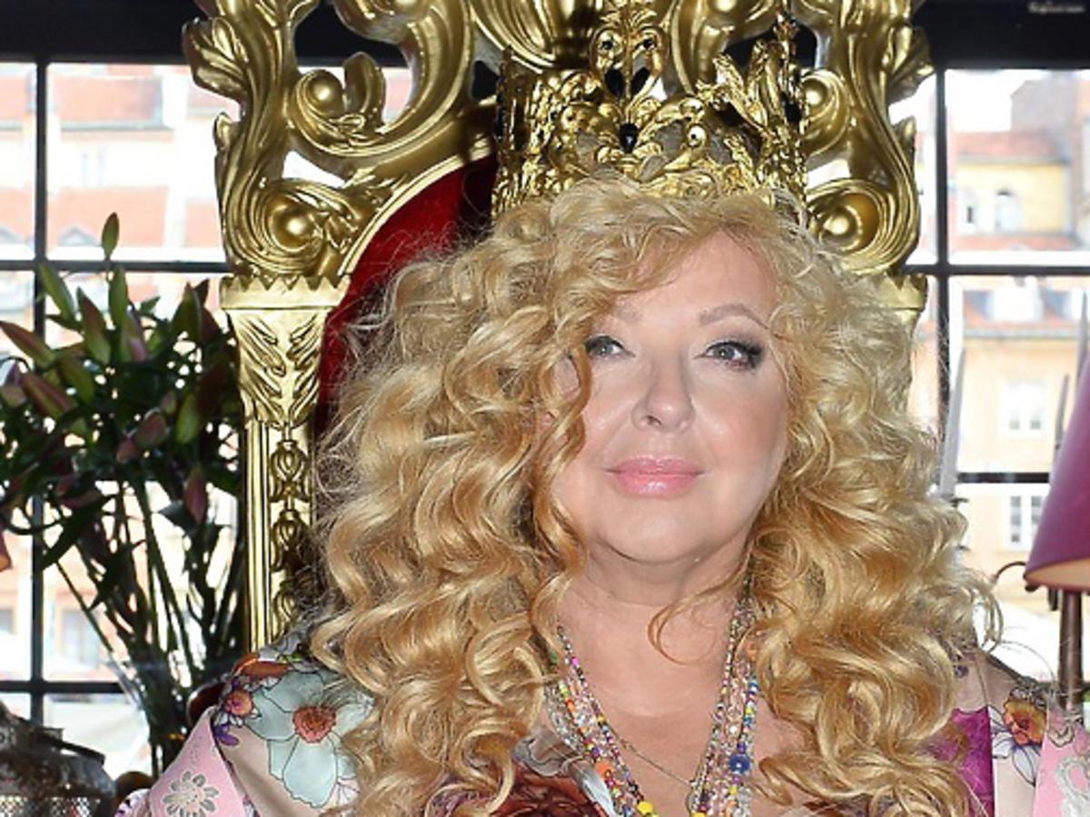 Magda Gessler z koroną na głowie i na tronie