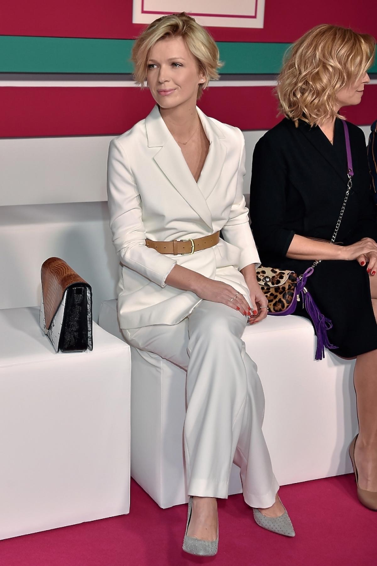 Magda Mołek w białym garniturze na prezentacji wiosennej ramówki TVN Style 2015