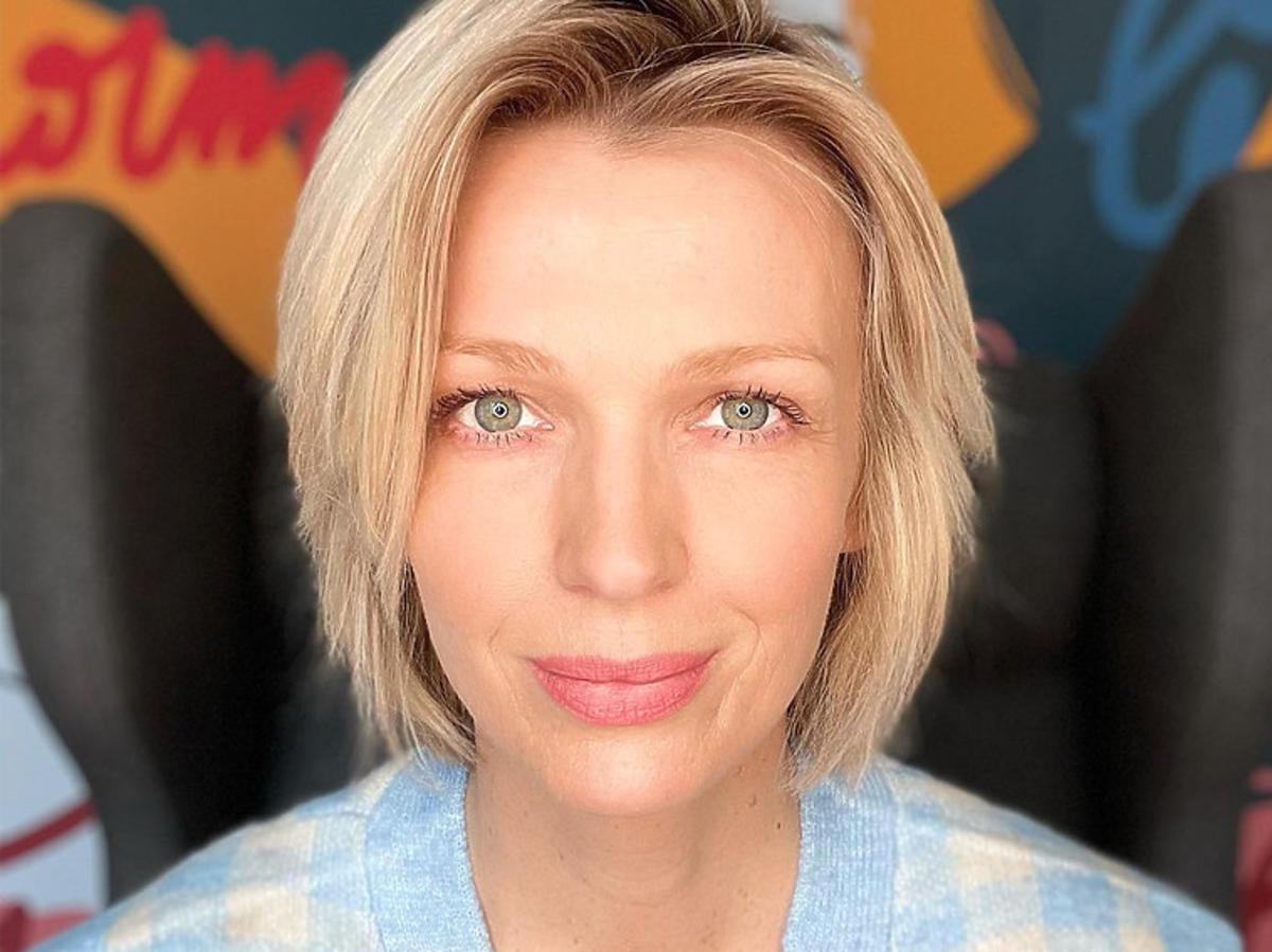 Magda Mołek w błękitnym płaszczu na wiosnę