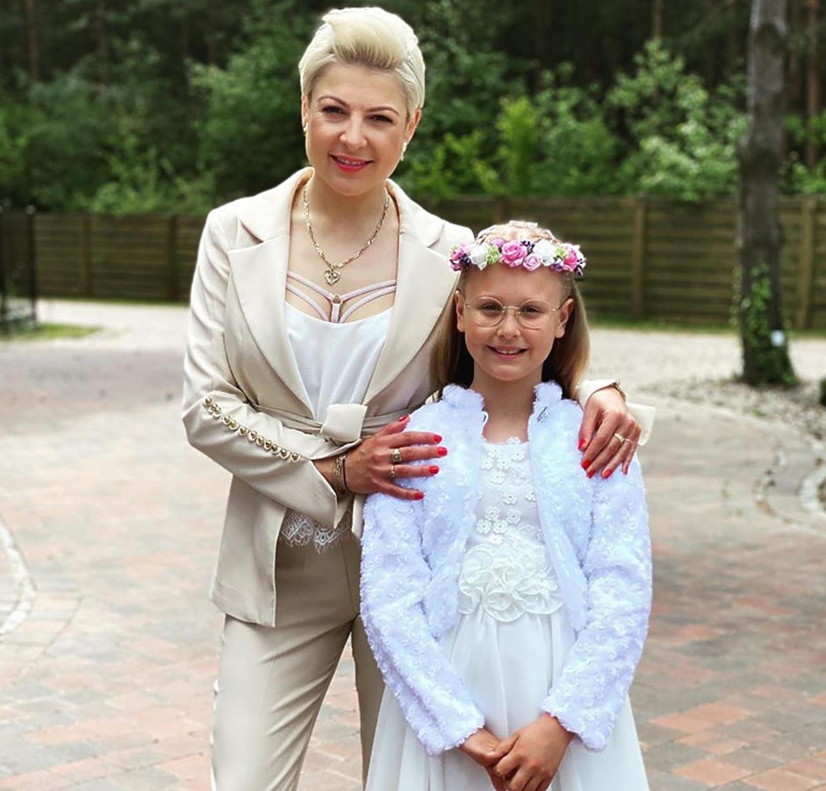 Magda Narożna odsłoniła biustonosz na komunii córki