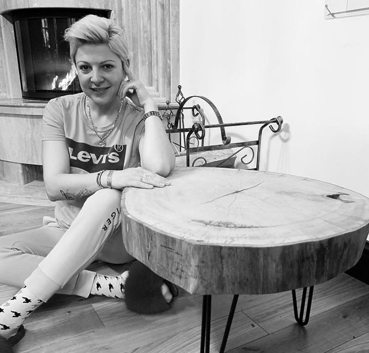 Magda Narożna przy kominku