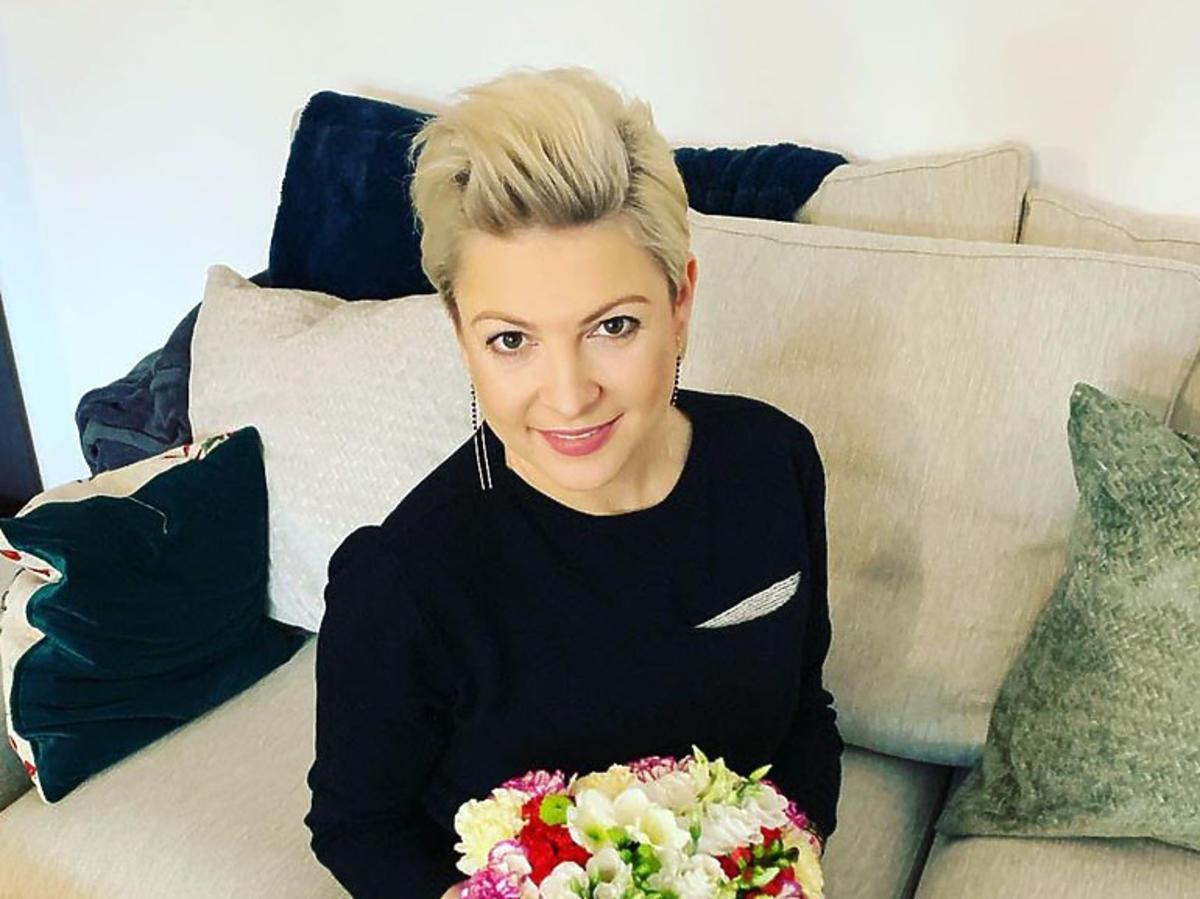 Magda Narożna siedzi na kanapie
