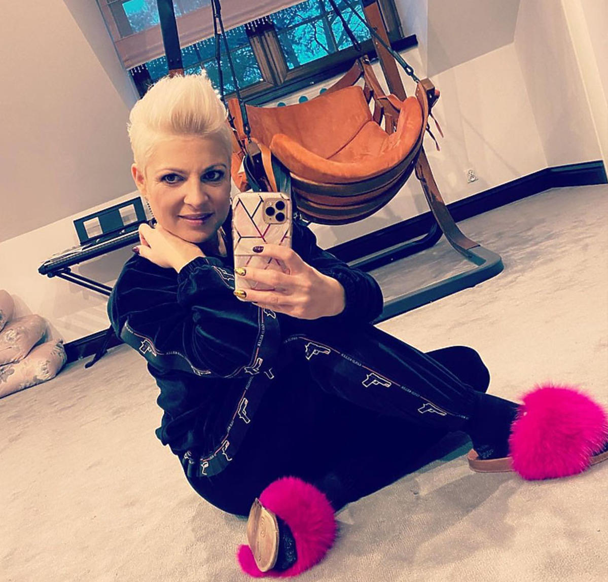 Magda Narożna siedzi na podłodze