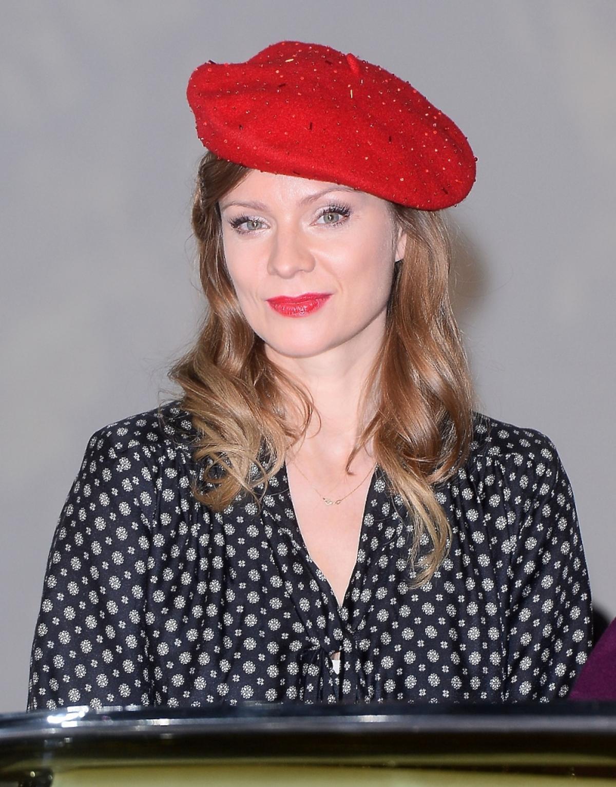 Magdalena Boczarska w czerwonym berecie