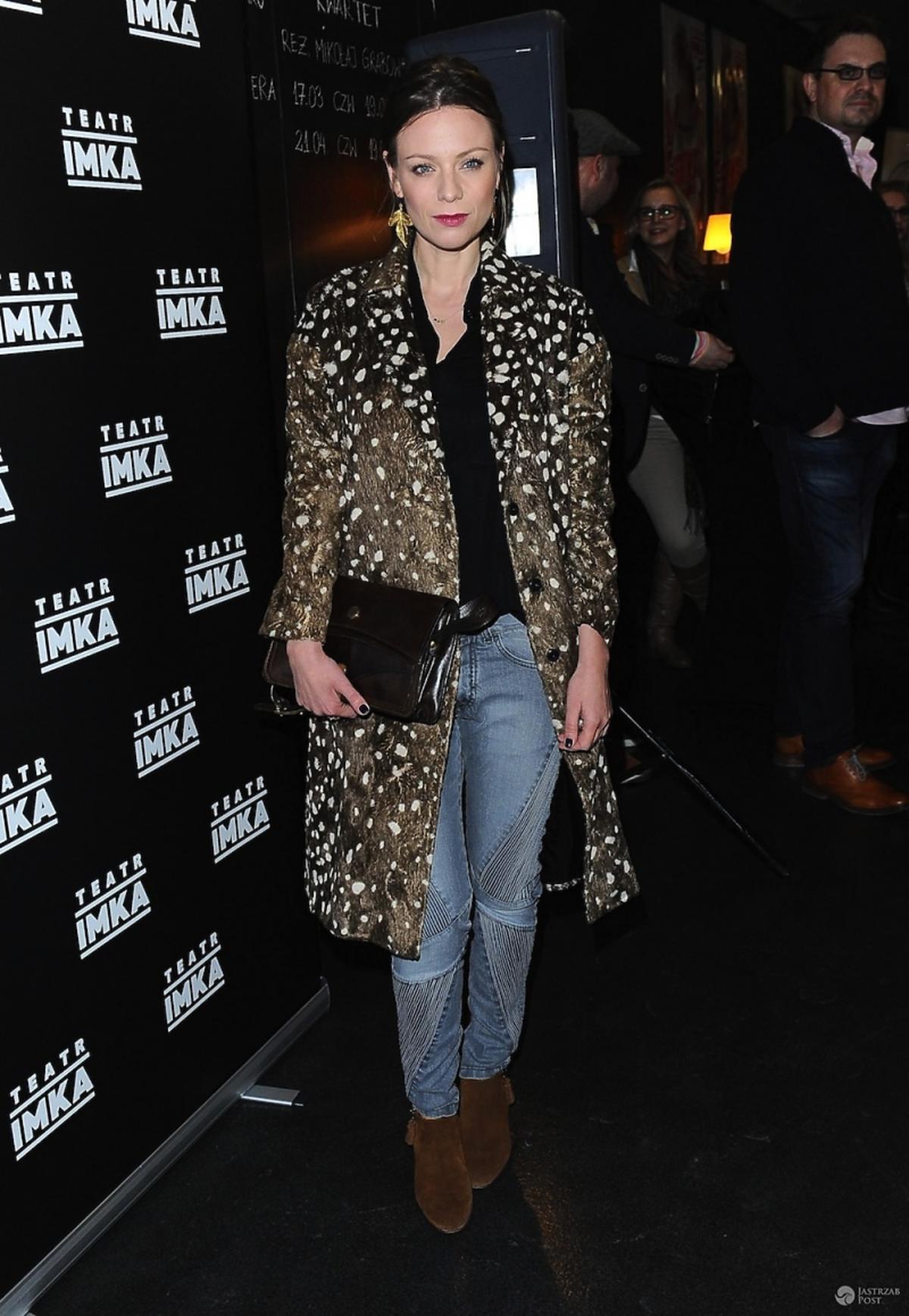 Magdalena Boczarska w płaszczu w cętki i dżinsach