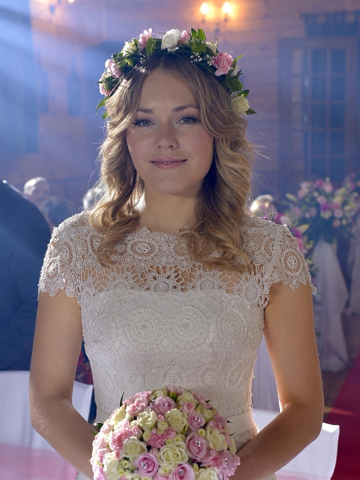 Magdalena Lamparska w sukni ślubnej w serialu To nie koniec świata