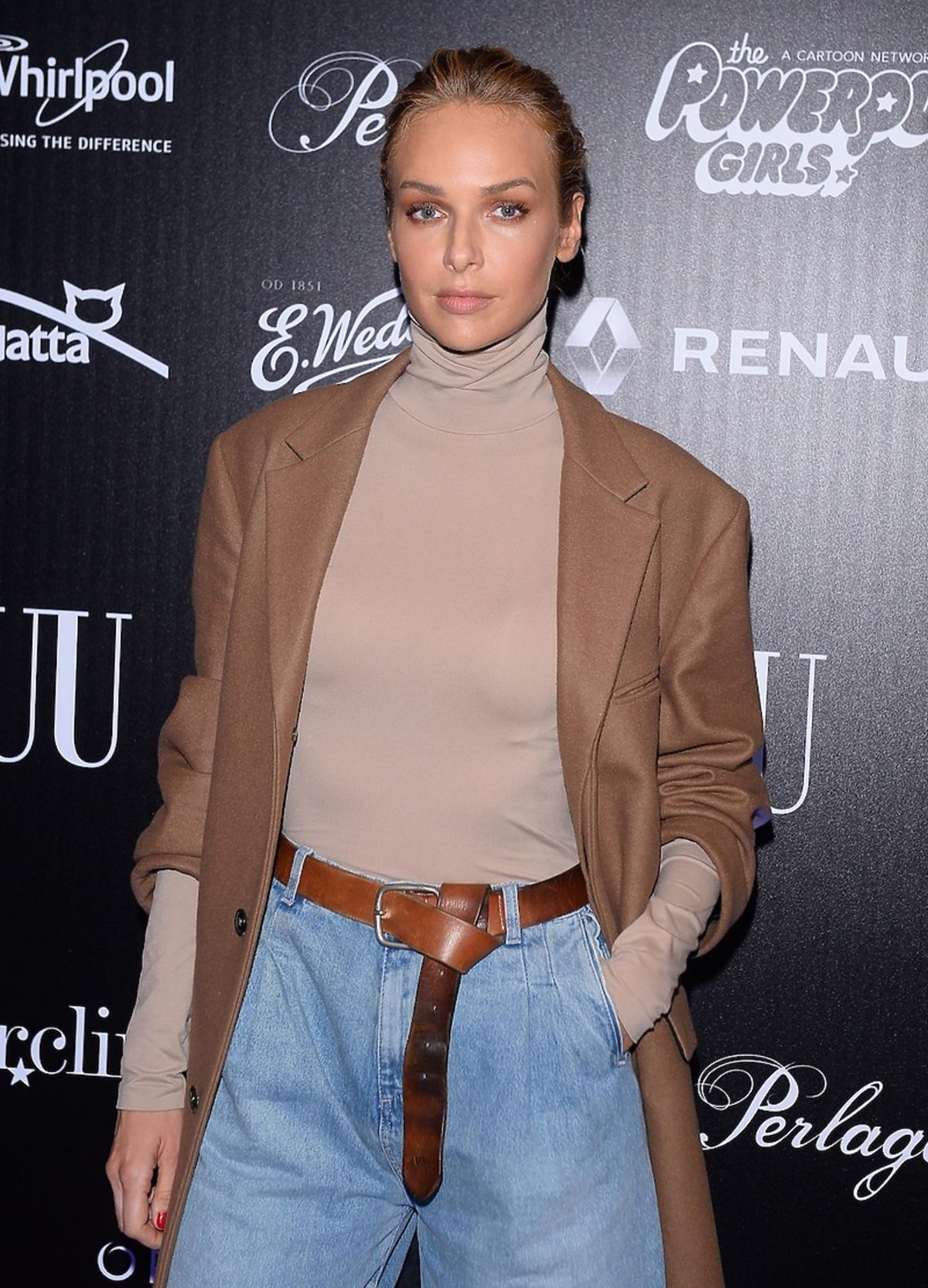 Magdalena Mielcarz w brązowym płaszczu i golfie beżowym