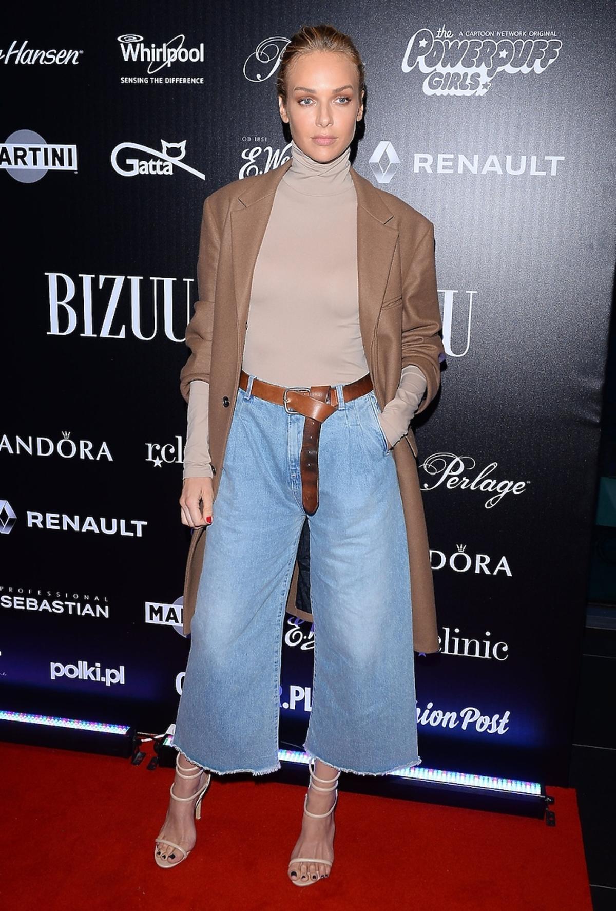 Magdalena Mielcarz w dżinsach i golfie