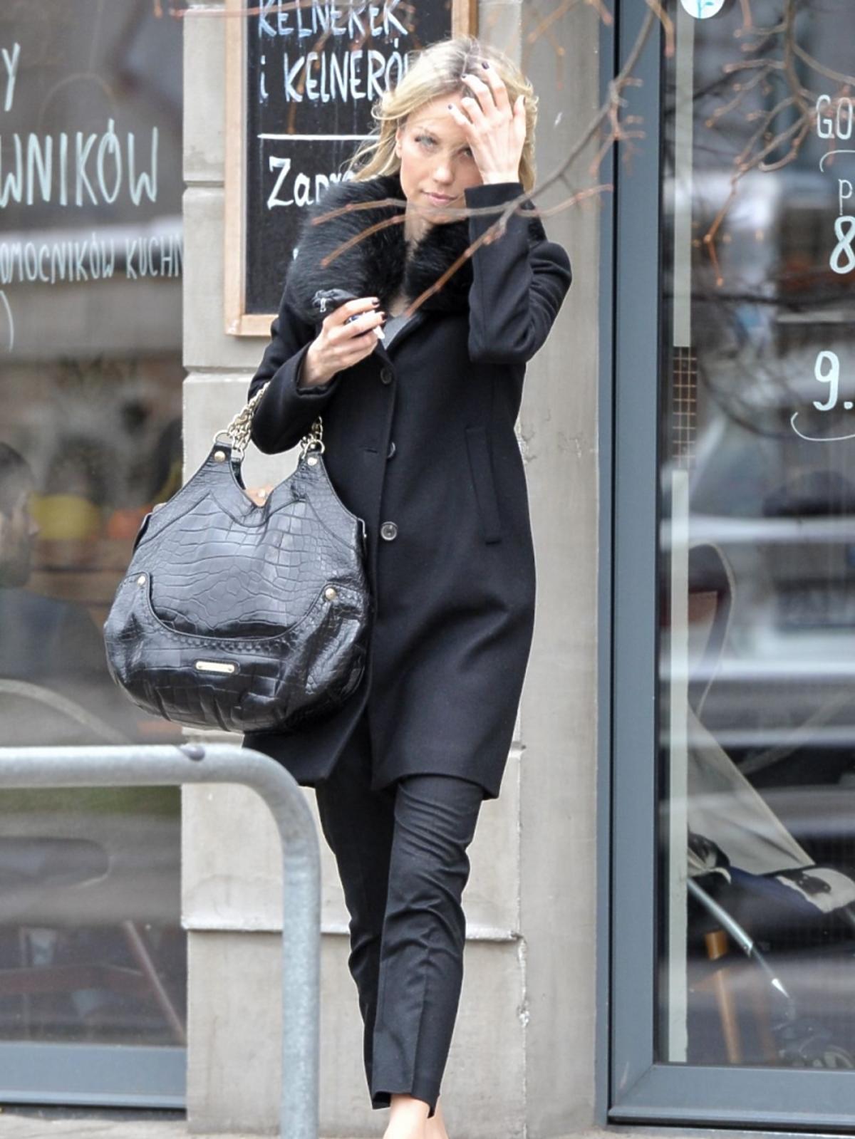Magdalena Ogórek w czarnym płaszczu