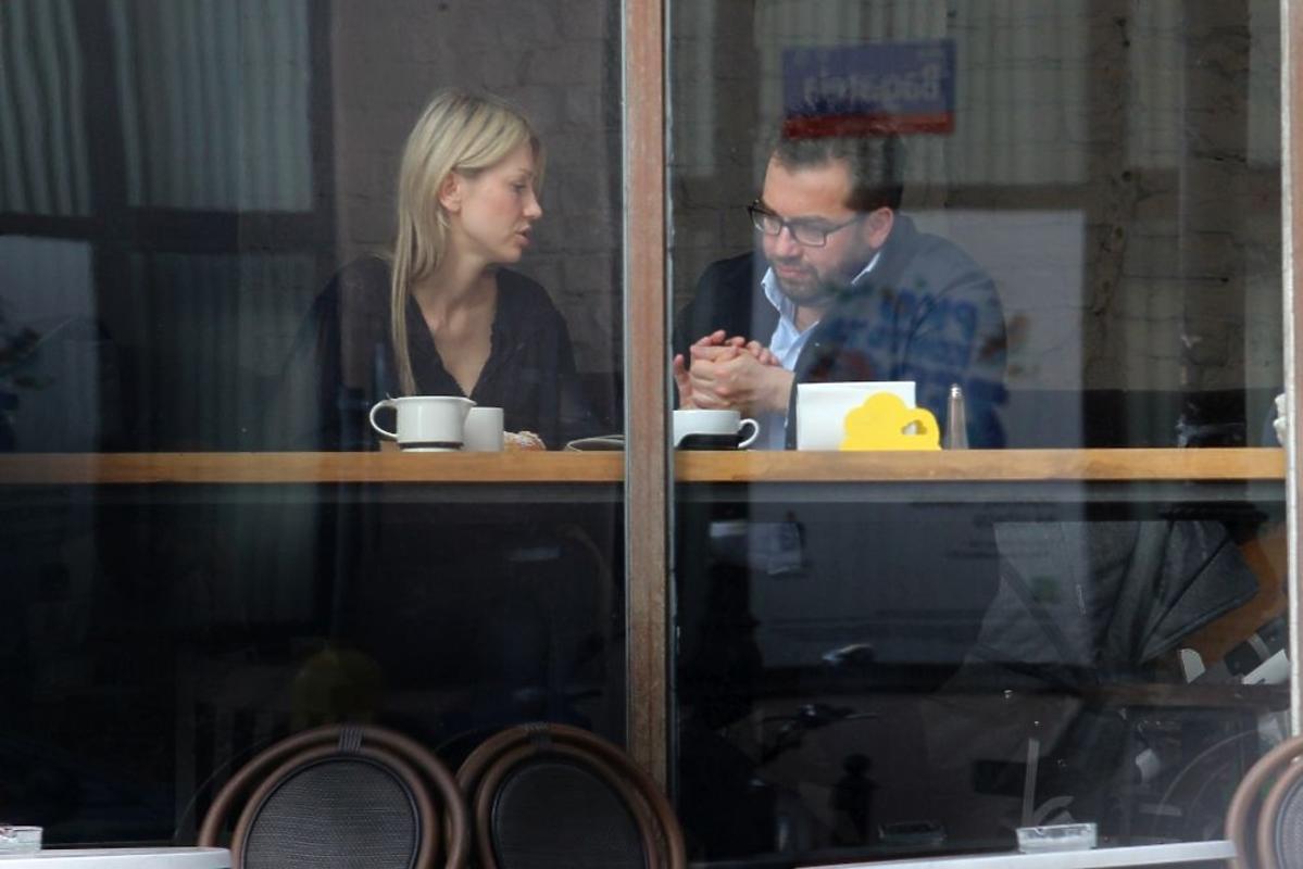 Magdalena Ogórek w kawiarnii