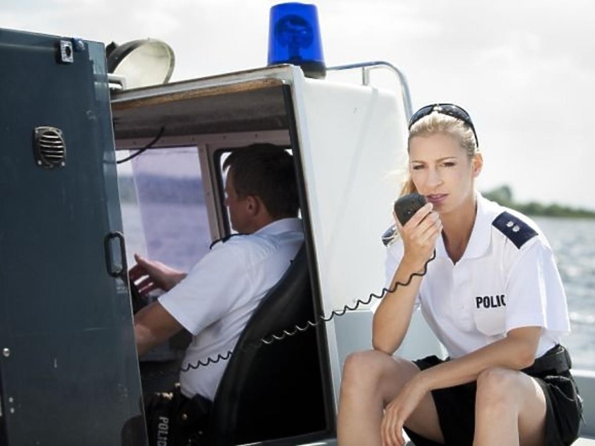 Magdalena Schejbal jako policjantka w charytatywnym kalendarzu Fundacji Pomocy Wdowom i Sierotom