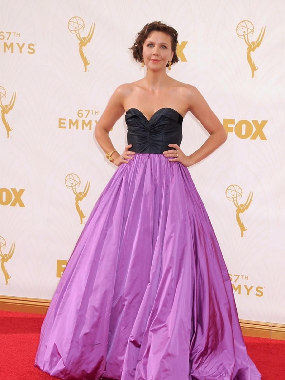 Maggie Gyllenhaal w czarno- fioletowej sukience