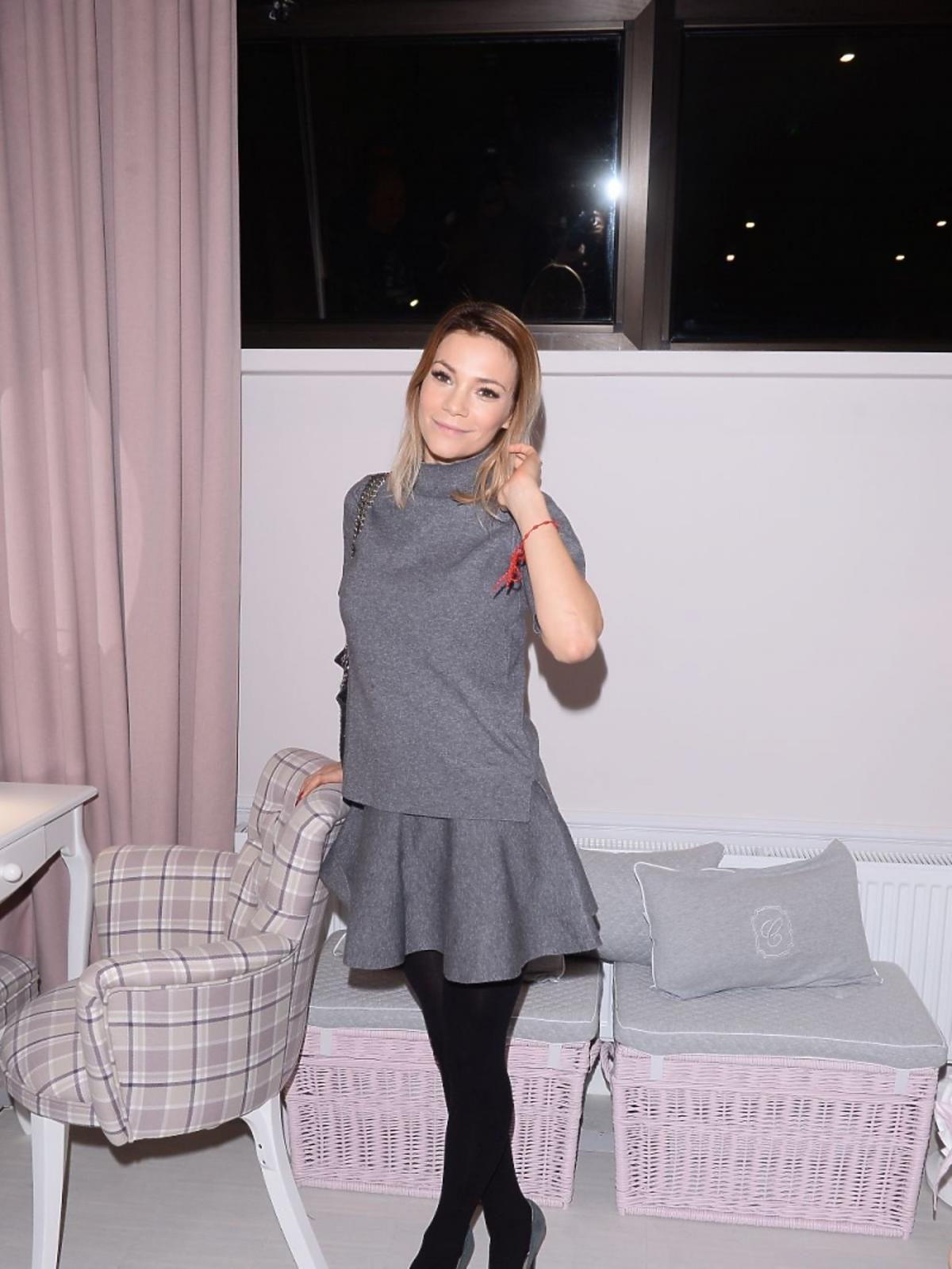 Maja Bohosiewicz w szarej sukience