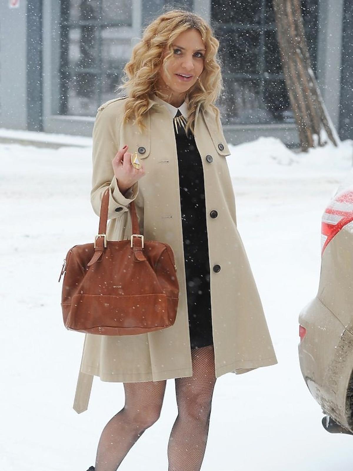Maja Frykowska w Warszawie w szpilkach po śniegu