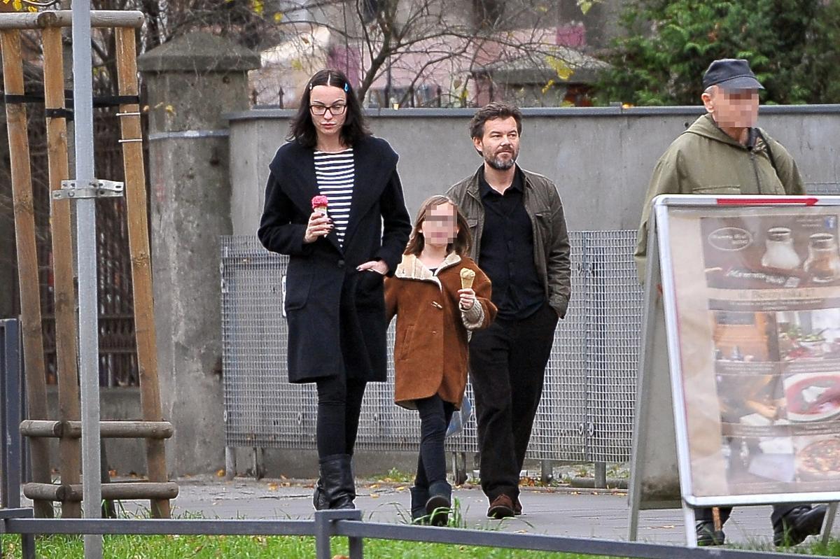 Maja Hirsch w czarnym płaszczu i Jacek Braciak w brążowej kurtce z córką Marysią na lodach