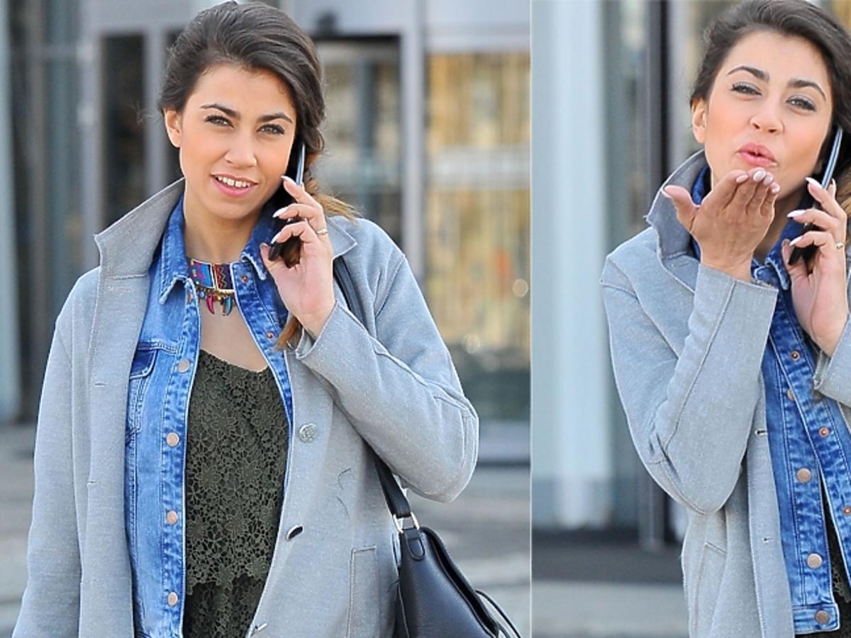 Maja Hyży rozmawia przez telefon