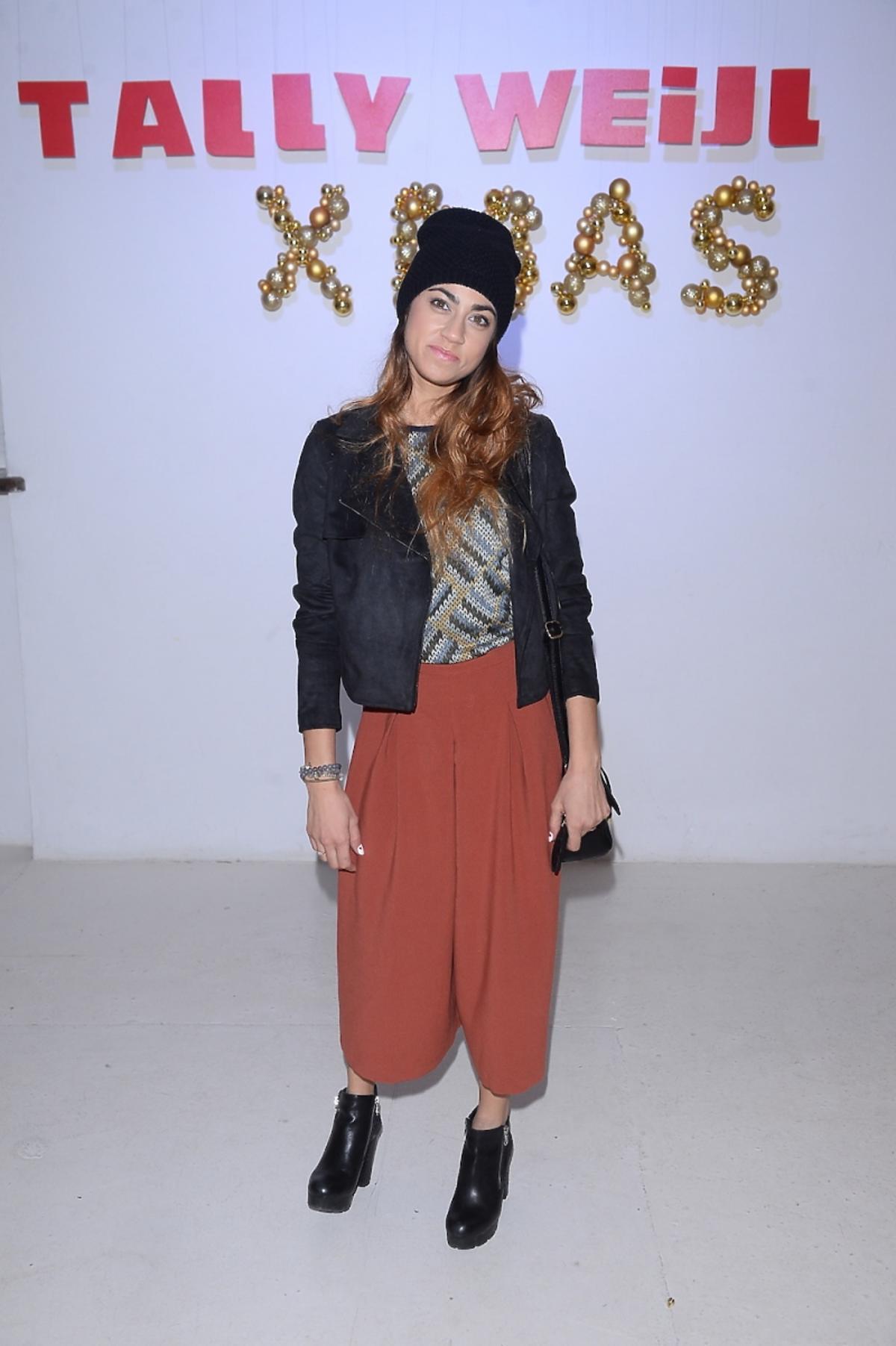 Maja Hyży w czarnej czapce i szerokich spodniach